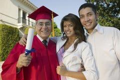 有家庭的激动的男性毕业生 免版税库存照片