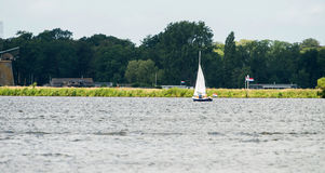 有家庭的风船在夏天 库存照片