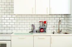有家用电器的白色室内设计,现代和最低纲领派样式厨房 露天场所在充分客厅  免版税库存照片