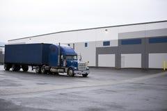 有容器的蓝色半经典之作卡车在仓库楼pl 免版税图库摄影