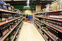 有宽分类的啤酒商店 免版税库存图片