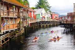 有密封的阿拉斯加划皮船的小河街道 免版税库存照片