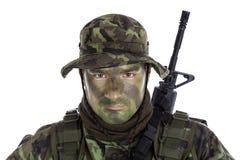 有密林伪装油漆的年轻战士 免版税库存图片