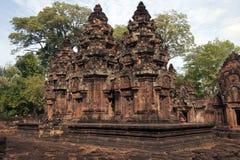 有密林的10世纪Banteay Srei寺庙在背景中 库存照片
