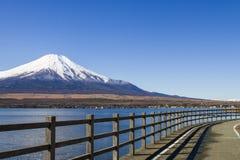 有富士山的Yamanaka湖在日本 免版税库存照片