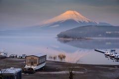 有富士的Mt Yamanaka湖 并且金黄早晨太阳 库存照片