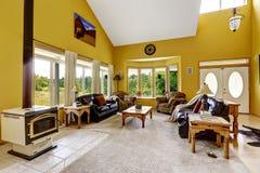 有富有的家具和古董火炉的豪华家庭娱乐室 免版税库存图片
