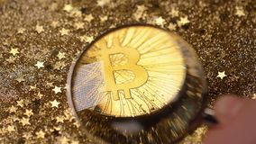 有寸镜的特写镜头手移动向新的Bitcoin模型 股票视频