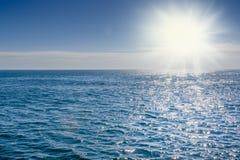有对此反射的阳光的蓝色海 库存图片