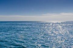 有对此反射的阳光的蓝色海 库存照片