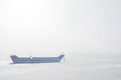 有对此绘的希腊旗子的小船在有薄雾的早晨 免版税库存图片