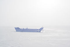 有对此绘的希腊旗子的小船在有薄雾的早晨 免版税图库摄影