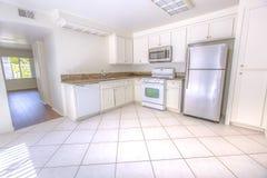 有对角白色瓦片的白色厨房 免版税库存图片