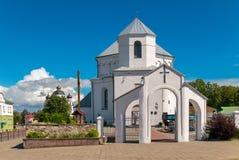 有寺庙和蓝色清楚的天空的一个小白色教会 库存图片