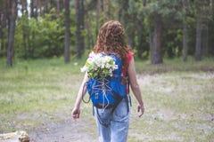 有寻找方式的背包的美丽的红色头发妇女游人 免版税库存图片