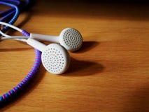 有导线保护者的白色耳机 免版税库存图片