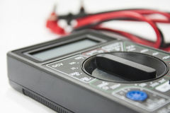 有导线的多用电表仪器在白色背景 免版税库存图片
