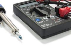 有导线的多用电表仪器在白色背景 免版税图库摄影