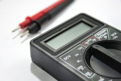 有导线的多用电表仪器在白色背景 免版税库存照片