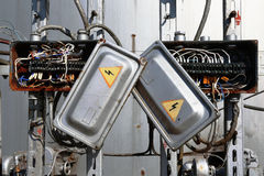 有导线的老生锈的电变压器箱子 库存图片