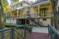 有导致有楼梯的一个美丽的房子的金属栏杆的木桥二楼 库存照片