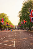 有导致白金汉宫的旗子的购物中心路 库存图片