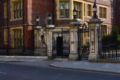 有导致美好的豪宅入口,伦敦,英国的灯笼的老门 库存照片