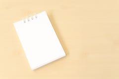 有封口盖板的白色小笔记本 免版税图库摄影