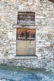 有封锁的windo单块玻璃的老墙壁 免版税库存照片