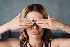 有射入的女孩在嘴唇闭上她的眼睛 免版税图库摄影