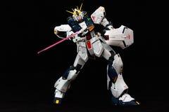 有射线军刀和盾的机器人 免版税库存照片