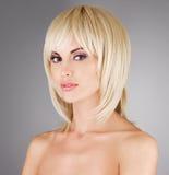 有射击白肤金发的发型的美丽的妇女 图库摄影