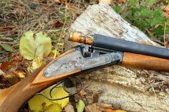 有射击的一把木减速火箭的猎枪 库存照片