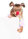 有小丑鼻子和空白的女孩 免版税库存照片