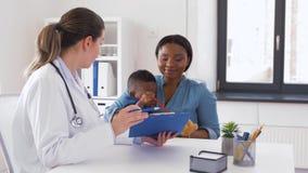 有小儿子和医生的母亲诊所的 股票视频