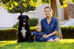 有小儿子和沮丧的一个母亲在绿色邻里 免版税库存照片
