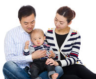 有小儿子的亚裔父母 免版税库存图片