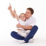 有小儿子的愉快的父亲 免版税库存图片