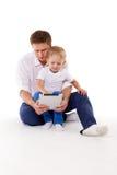 有小儿子的愉快的父亲 免版税库存照片