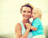 有小儿子的愉快的年轻母亲 库存图片
