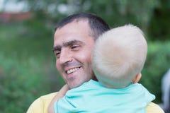 有小儿子的爸爸 免版税库存照片