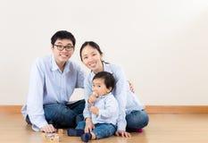 有小儿子的年轻父母 免版税库存照片