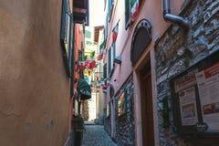 有小卵石台阶的传统意大利街道在Como湖城市 库存照片