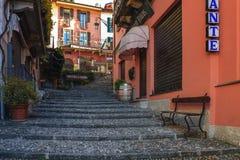 有小卵石台阶的传统意大利街道在Como湖城市 免版税库存图片
