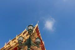 有小响铃和灯笼的山墙尖顶 免版税库存图片
