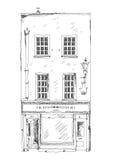 有小商店的老英国在底层上的城内住宅或事务 免版税库存照片