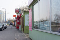 有小商店的街道 免版税库存照片