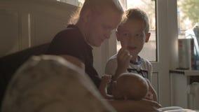 有小女儿和长辈儿子的母亲在家 股票视频