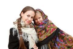 有小女儿的一个可爱的母亲俄国方巾的 免版税库存图片