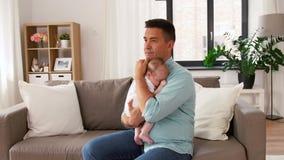 有小女儿的中间年迈的父亲在家 股票录像